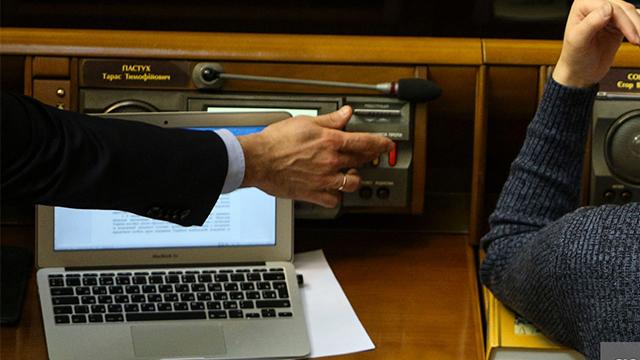 Игра в четыре руки: депутат от Днепропетровской области стал первым кнопкодавом в Раде-2020