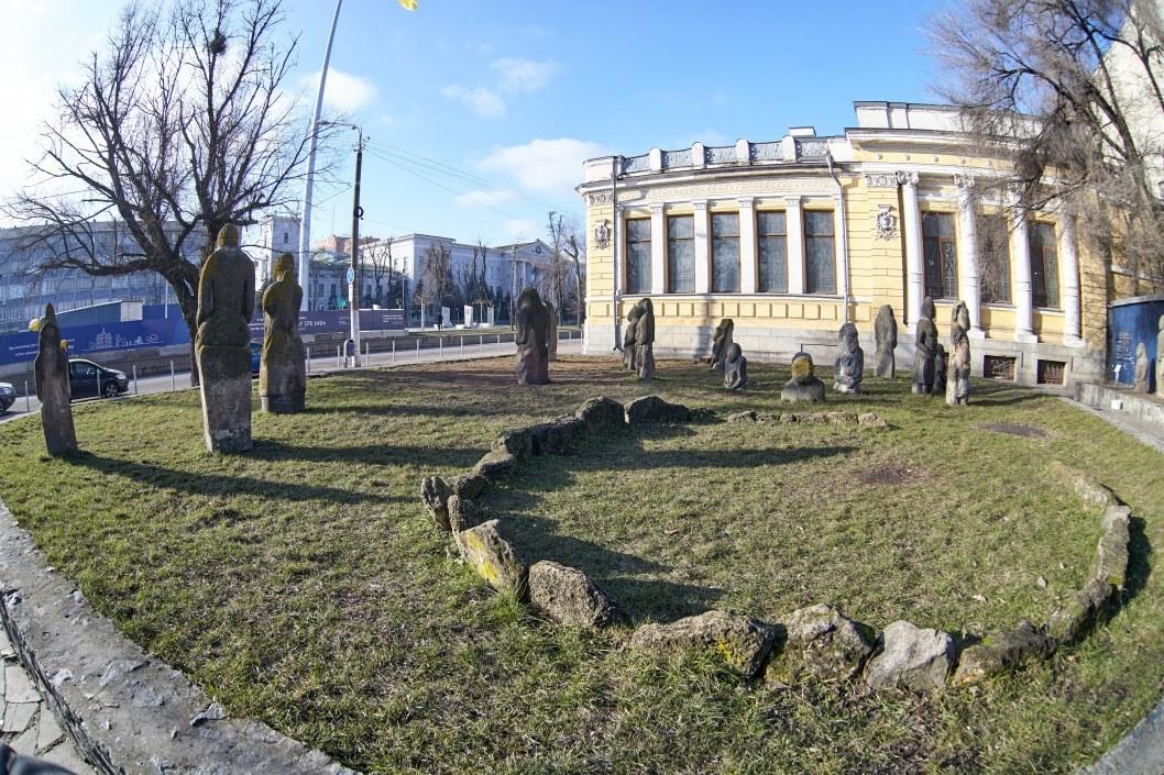 Фаллические символы и украинский Стоунхендж: значение каменных глыб возле исторического музея Днепра. Часть 1 (ФОТО)