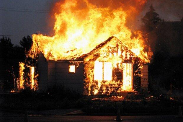 Первый пожар с пострадавшим: в Соборном районе Днепра горел дом (ФОТО)
