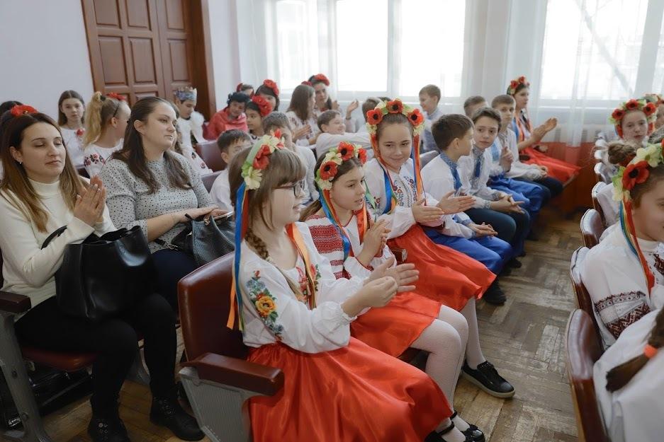 Как в Рождественском мюзикле: в Днепре почти 200 деток пели украинские песни