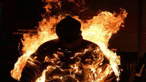 Снимали на камеру и не помогли: на площади Героев Майдана заживо сгорел мужчина (ВИДЕО 18+)