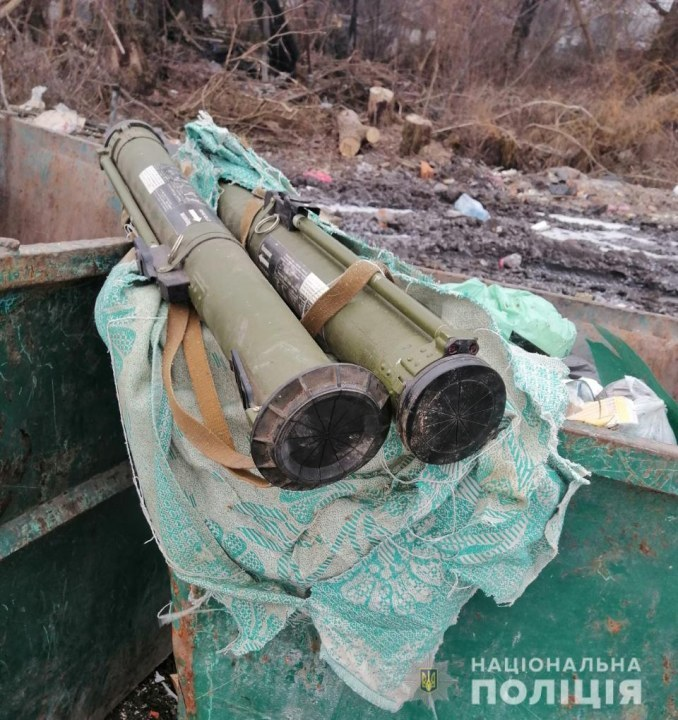 Два боевых гранатомета, которые обнаружил случайный прохожий в мусорном баке