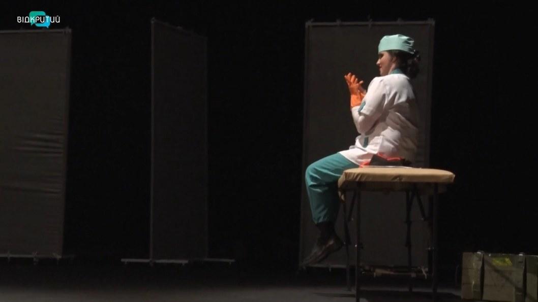 """ВІДЕО: У Дніпрі відбулася прем'єра сатиричної комедії """"Пригоди НЕбравого вояка Шрамка"""""""