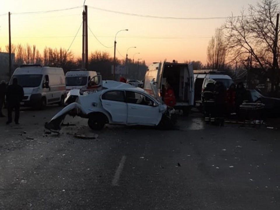 В Никополе столкнулись пассажирский автобус и две легковушки: есть погибшие