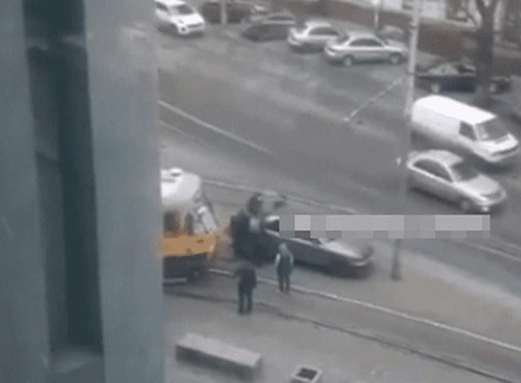 В центре Днепра горожане вручную сдвинули машину, припаркованную на рельсах