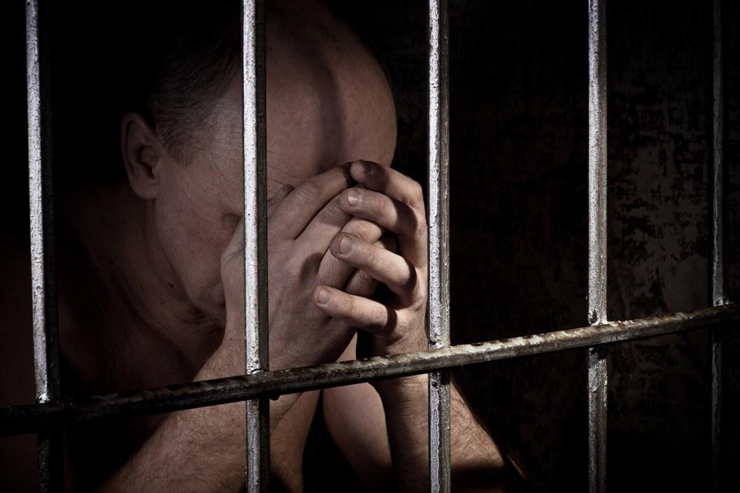 Пьяный мужчина избил и изнасиловал своего 57-летнего знакомого