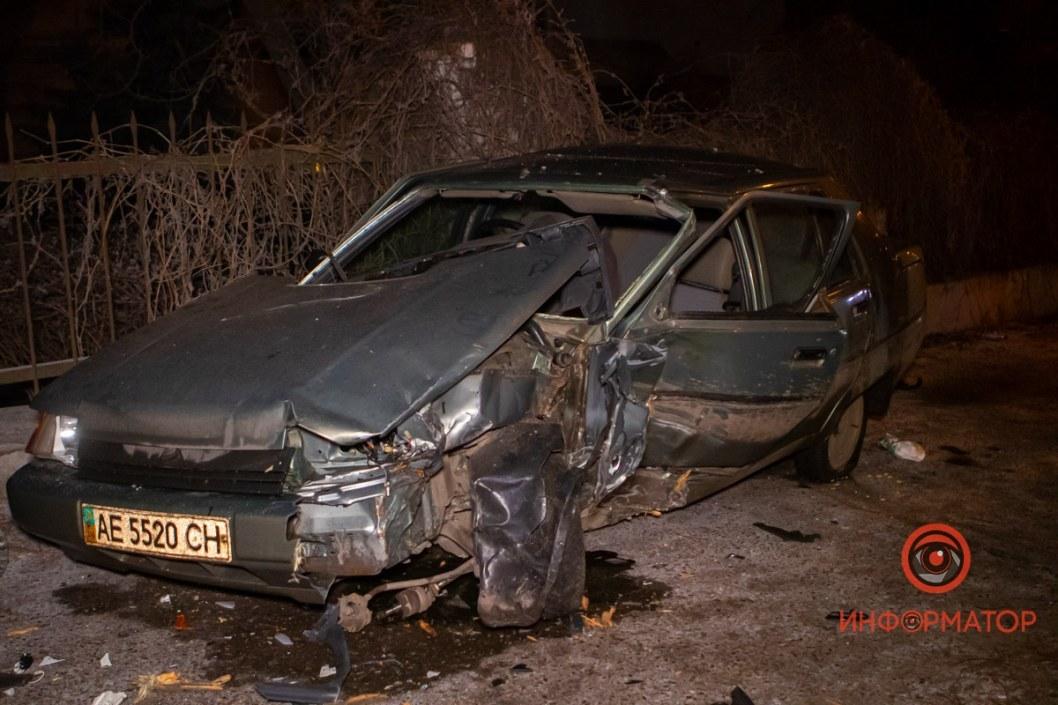 Не разминулись: в Днепре водитель ЗАЗ пострадал из-за столкновения с деревом (ФОТО)