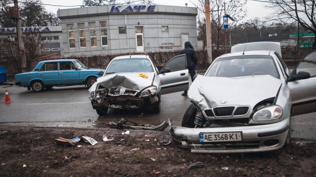 Машины столкнулись на повороте