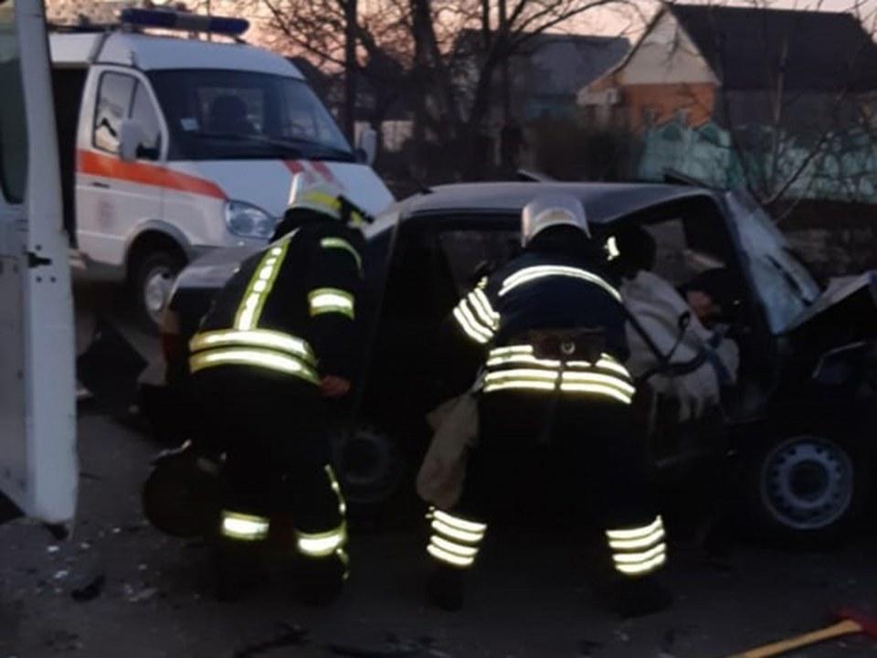 Столкновение легковушки и автобуса в Никополе: девушке ампутировали ногу, а водитель погиб