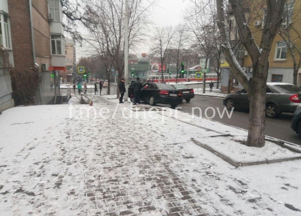 В Днепре на улице Воскресенской автомобиль врезался в дерево