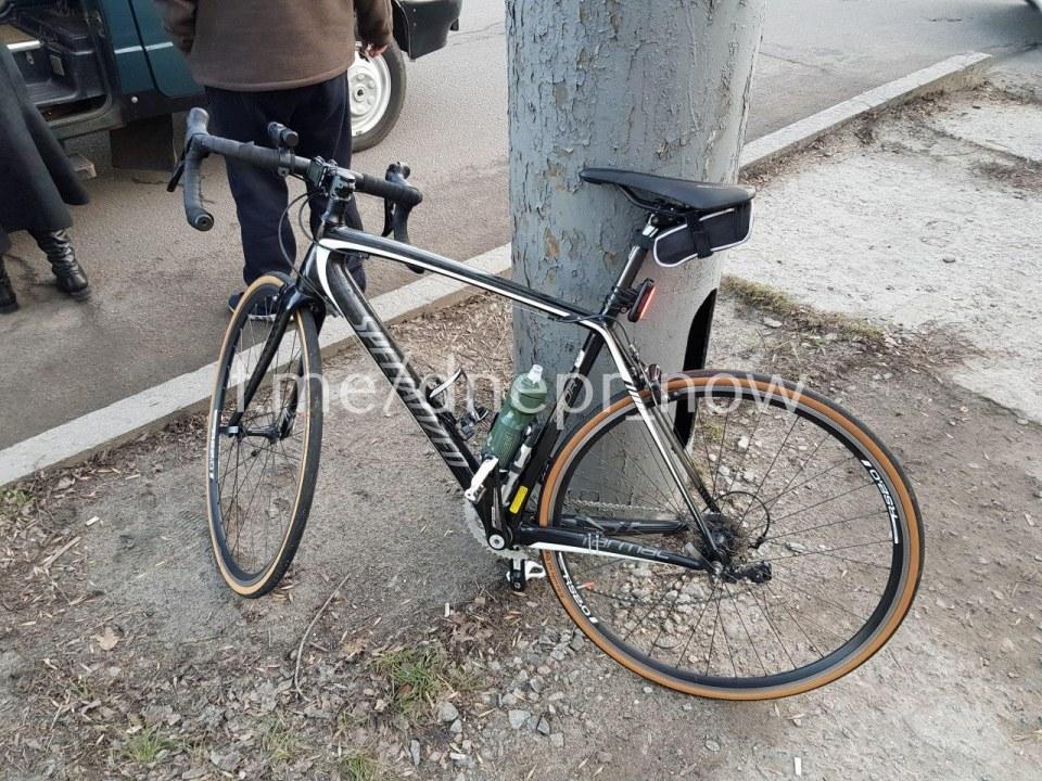 В Днепре велосипедист врезался в маршрутку: мужчину с тяжелыми травмами забрала скорая (ФОТО)