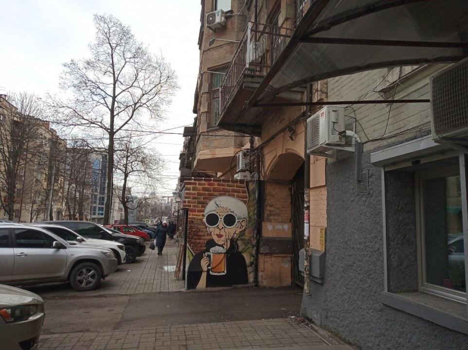 Бабушка с пивом: в центре Днепра появился новый мурал (ФОТО)