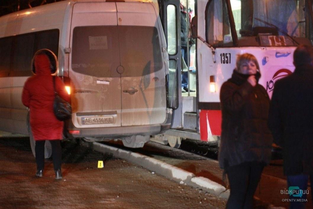 Жуткое ДТП в Днепре: автобус Sprinter влетел в 4 человек (ВИДЕО)