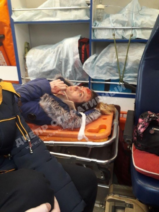 Женщина в карете скорой помощи