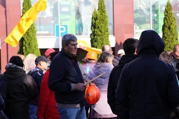 Митингующие возле ПриватБанка заблокировали подъезды к центральному офису (ФОТО)