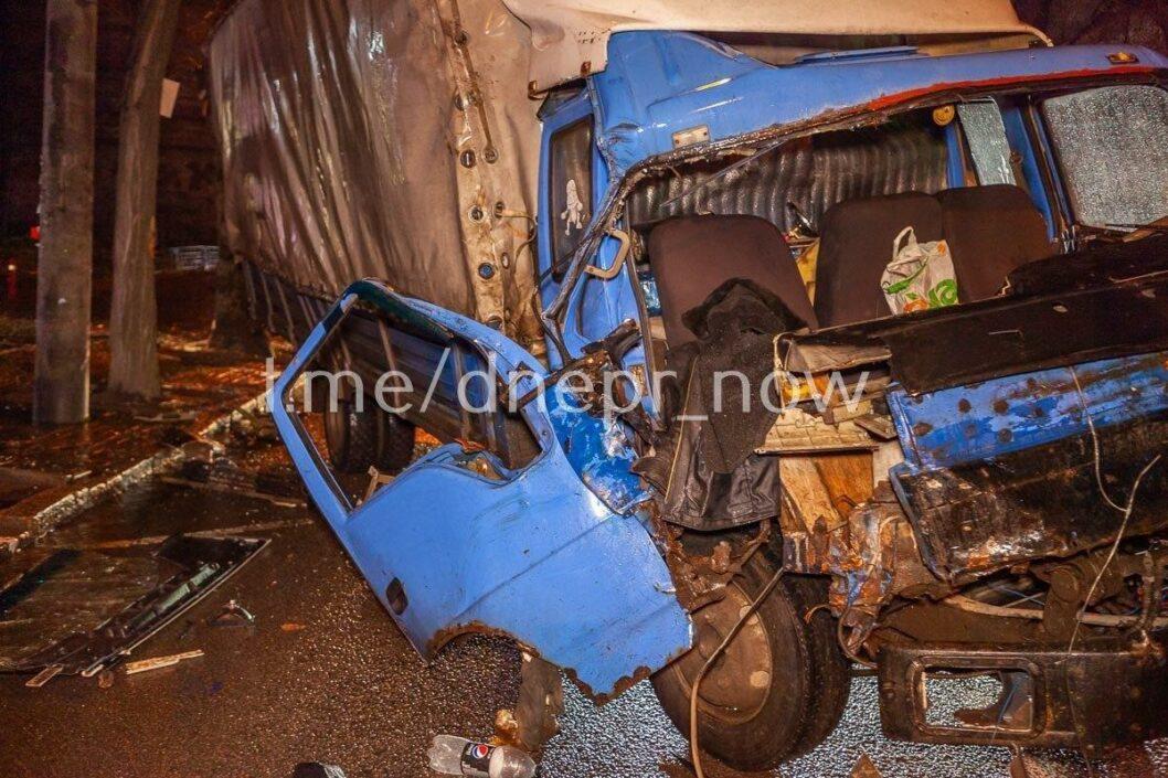 У грузовика отказали тормоза: в Днепре на улице Сечевых Стрельцов произошло серьезное ДТП (ФОТО)