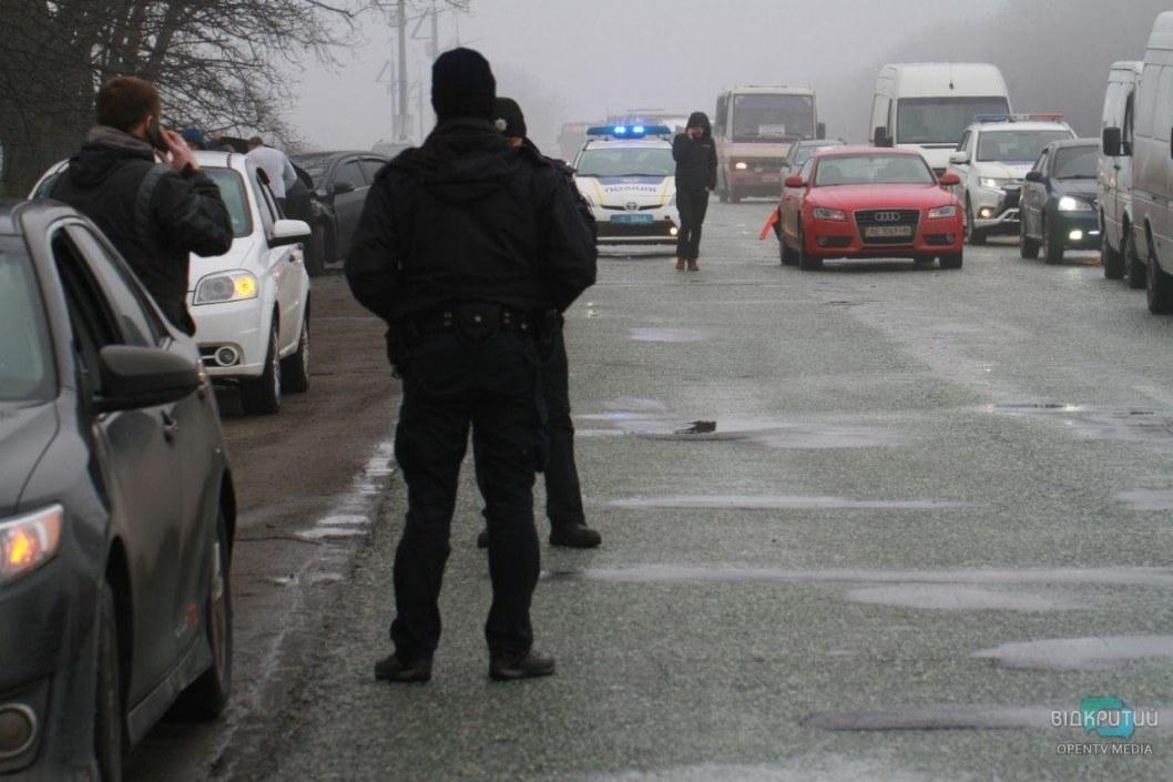 На въезде в Днепр столкнулись грузовик, рейсовый автобус и легковушки: образовалась огромная пробка (ФОТО)