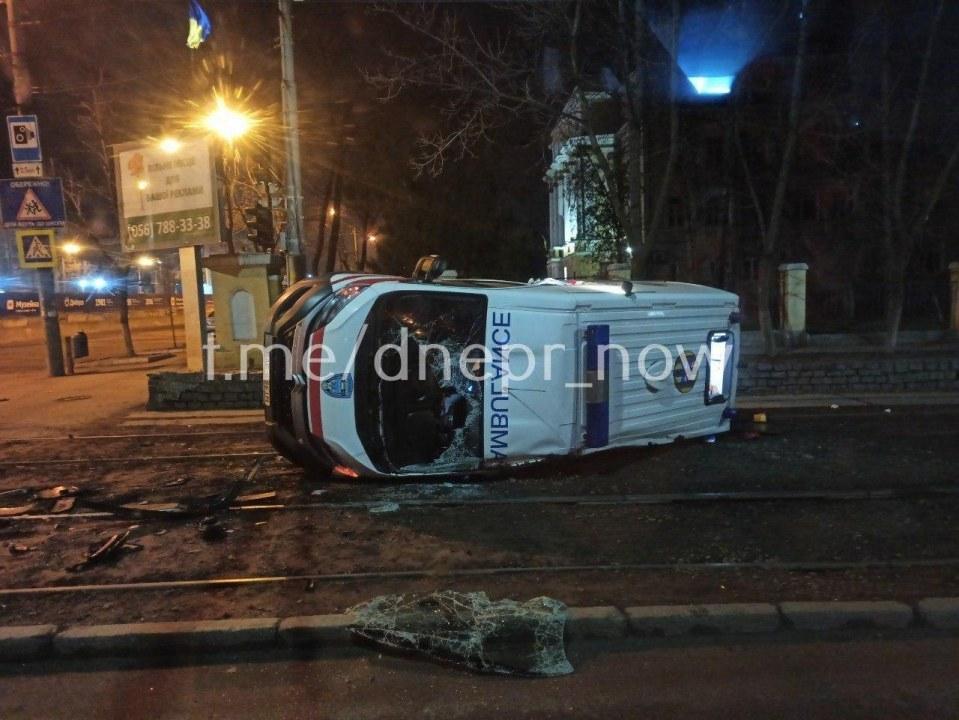 Ночное ДТП: возле танка перевернулась машина скорой (ВИДЕО, ФОТО)