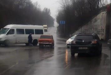 В Днепре на Деземовской столкнулись автомобили: движение затруднено