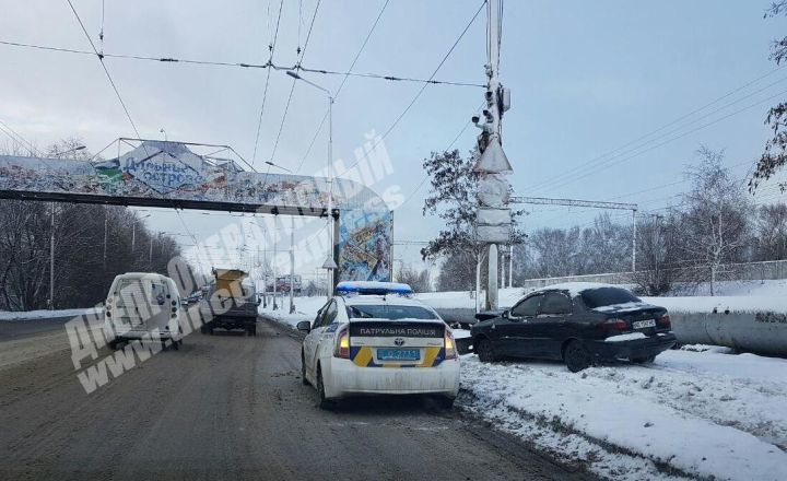 В Днепре на Старом мосту автомобиль Lanos влетел в столб