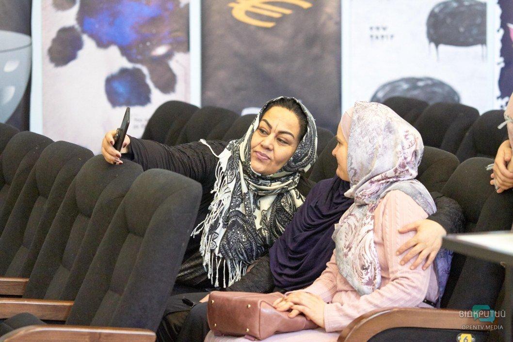 Всемирный день хиджаба: в Днепре все желающие могли примерить мусульманскую одежду