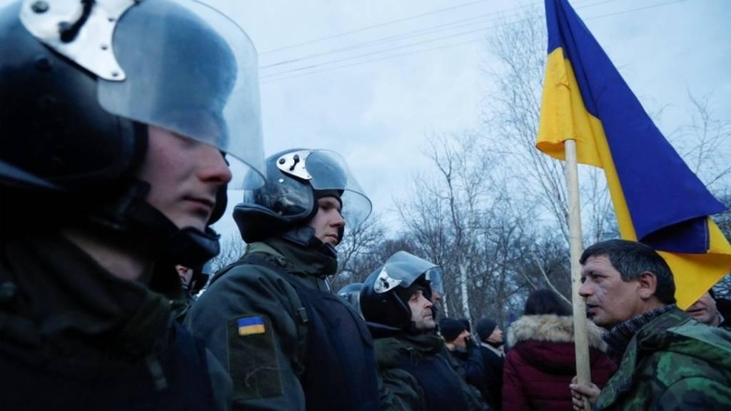 Есть раненые: в Новых Санжарах по автобусу с украинцами из Уханя бросали камни (ВИДЕО)