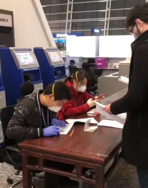 Регистрация украинцев на посадку в самолет