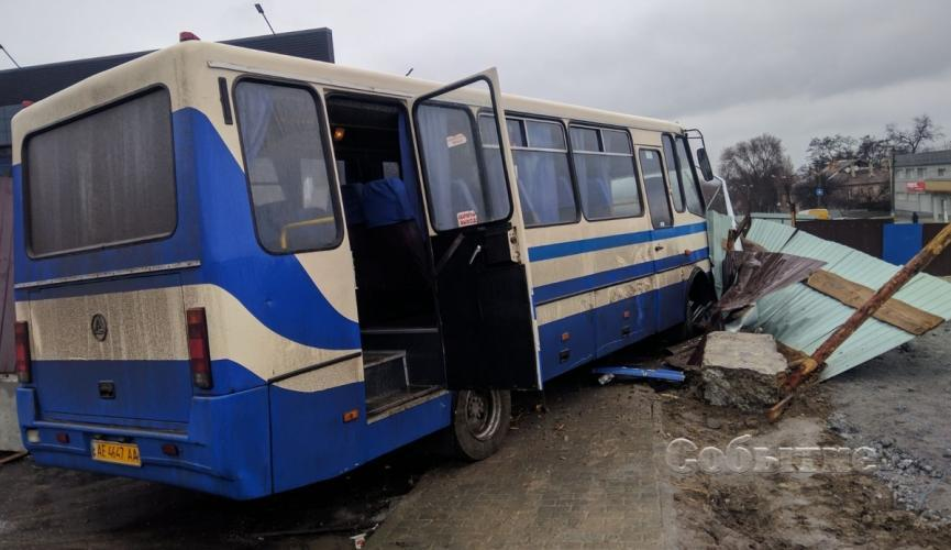 Водитель школьного автобуса умер за рулем: дети выпрыгивали на ходу (ВИДЕО)