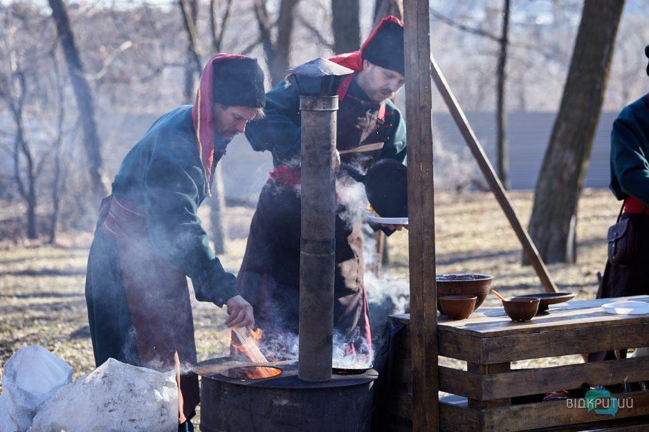 Казаки готовят блины на Масленицу.