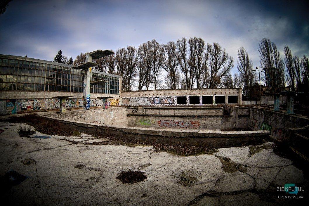 30 лет разрухи: как выглядит заброшенный бассейн-призрак за инфизом в Днепре (ФОТО)