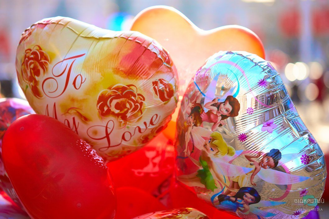 Шары в виде сердец и улыбки: Днепр продолжает праздновать День влюбленных (ФОТО)