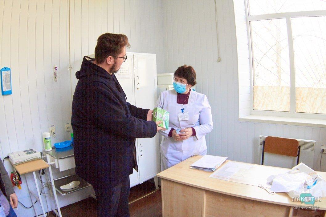 Вручение анализатора крови врачам поликлиники