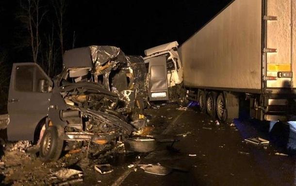 Фура смяла микроавтобус: 8 украинцев погибли в страшном ДТП в России (ВИДЕО)