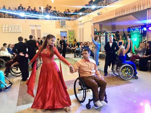 Танцы и длинные платья: в Днепре пройдет бал для людей с инвалидностью Night to Shine Ukraine
