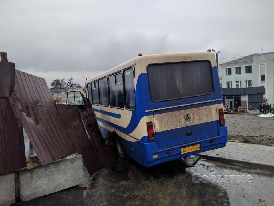 Автобус остановили ограждения и электроопора