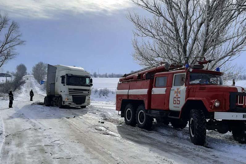 Машины в сугробах, деревопад и поселки без света: спасатели до сих пор ликвидируют последствия прихода настоящей зимы на Днепропетровщине (ФОТО, ВИДЕО)