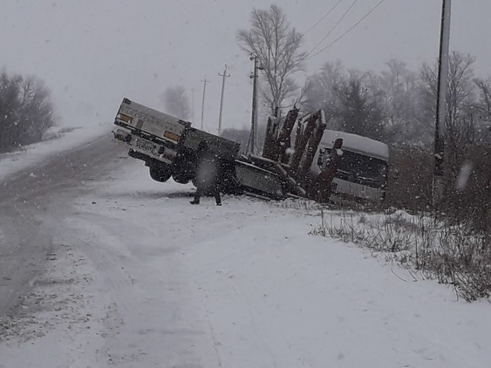 Очередная жертва непогоды: на трассе Никополь-Днепр перевернулась фура