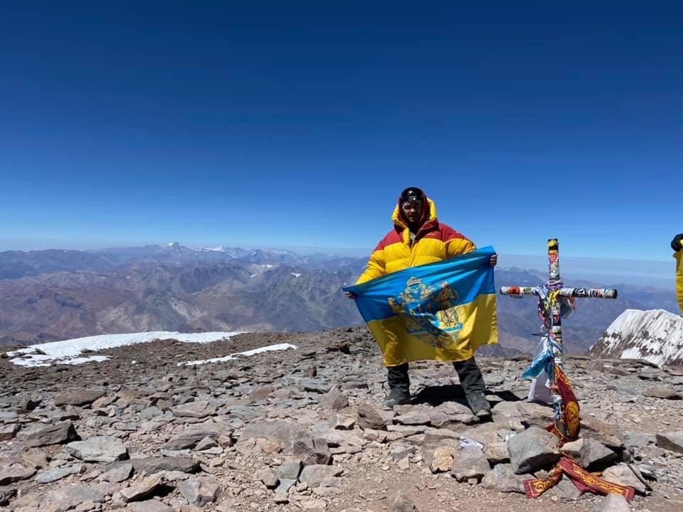 Государственный флаг Украины на самой высокой вершине Южной Америки.