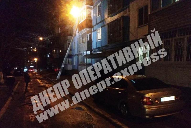В Днепре фонарный столб упал на балкон квартиры