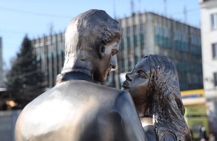 Скульптура влюбленной пары в Каменском