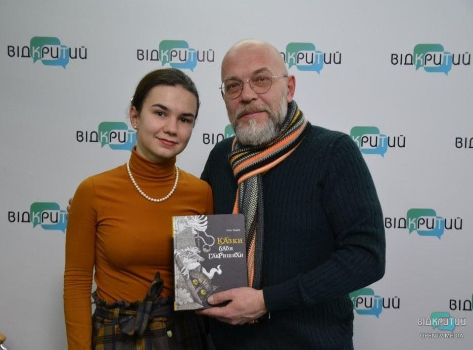 Олег с радостью подписал книги и вручил их редакции Відкритого