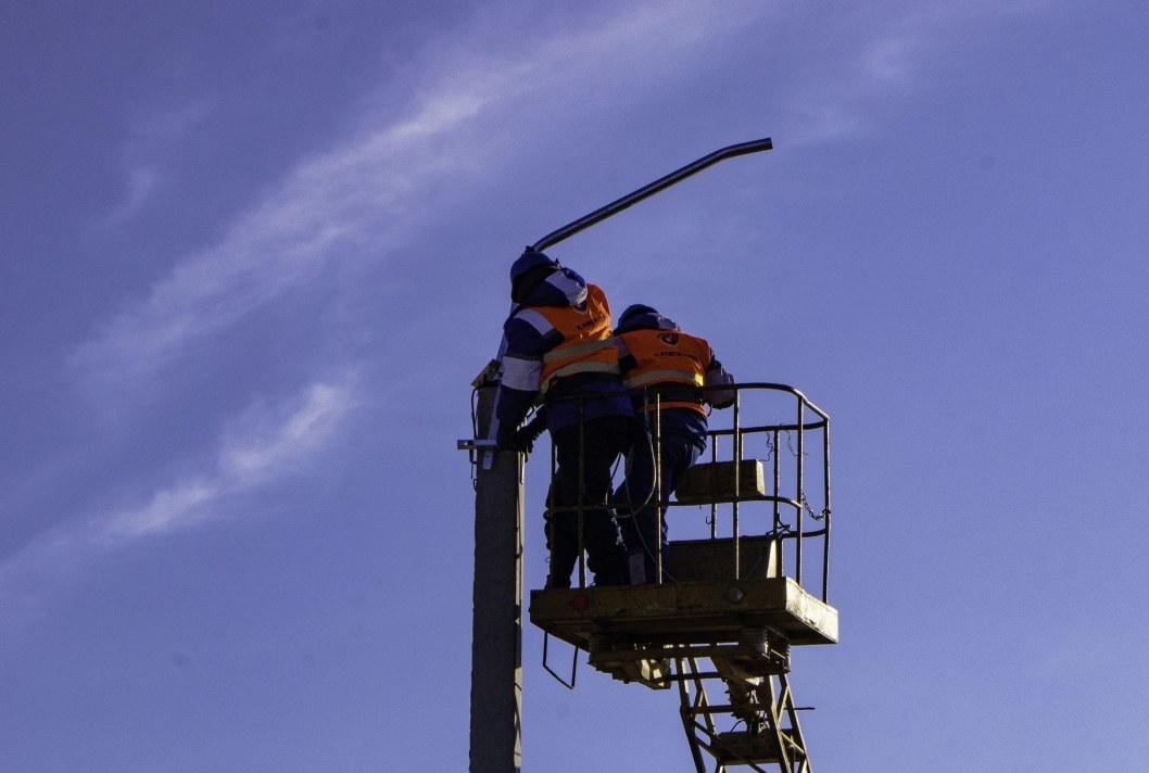 Проклятое место: в Днепре на улице, где постоянно случаются ДТП, устанавливают освещение (ФОТО)