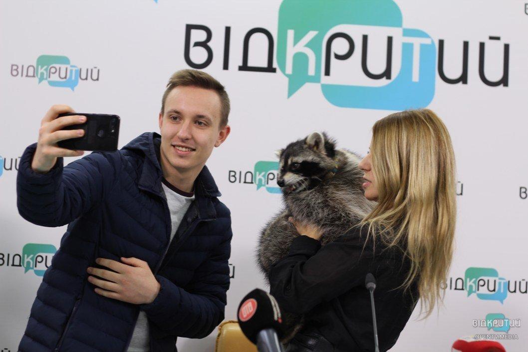 """Днепровский енот-блогер: """"читает"""" книги, ведет Инсту и любит обниматься (ФОТО)"""