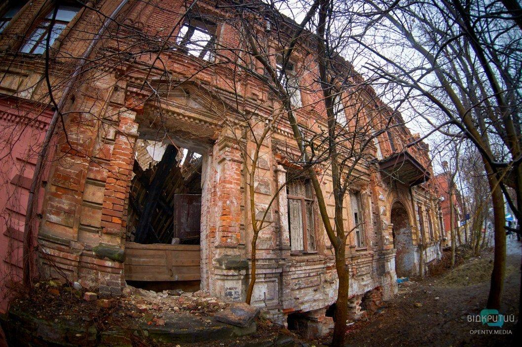 Медленно, но верно превращается в руины: в Днепре горел памятник архитектуры (ФОТО)