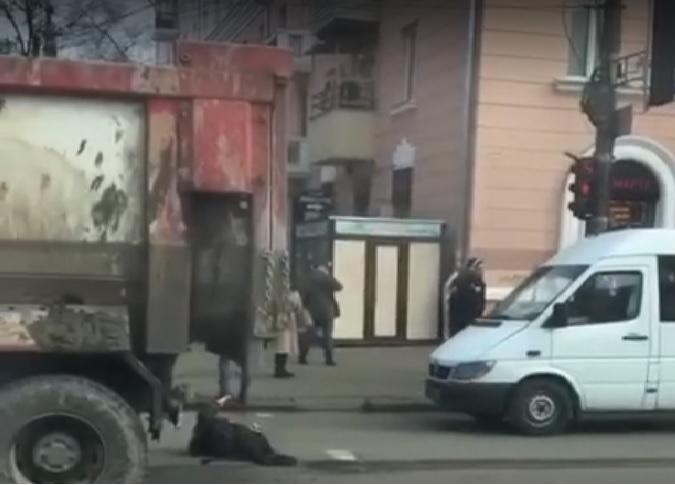 В центре Днепра грузовик отдавил ноги бездомному (ВИДЕО)