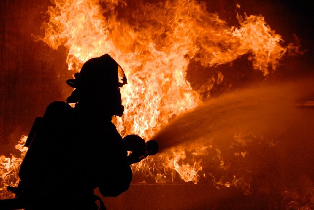 В Днепре ночью на Слобожанском горел автомобиль Mazda 3 (ФОТО)