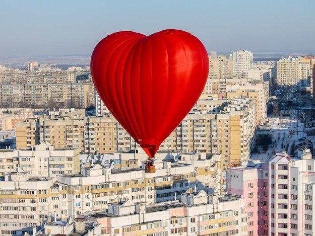"""""""Воздушная валентинка"""" размером с 6-этажный дом и полёт над Днепром: необычные подарки на 14 февраля (ФОТО)"""