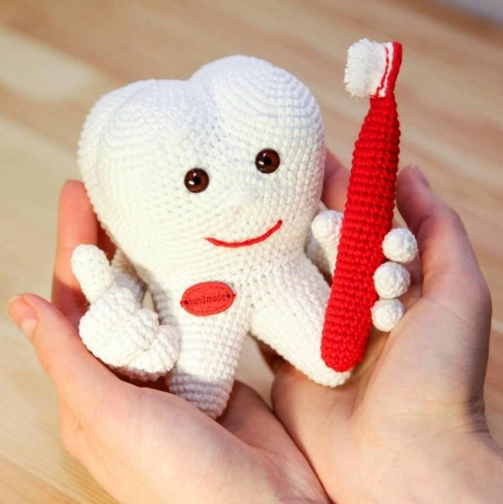 Вязаный зуб для стоматолога в подарок к Дню Святого Валентина