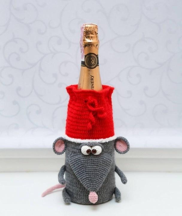 К Новому году Кате заказали 5-ть одежек для шампанского
