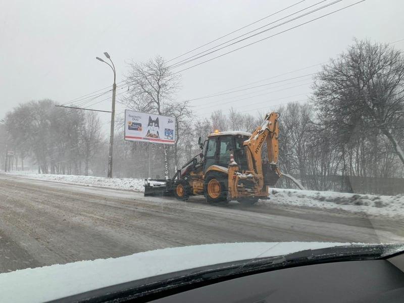Непогода в Днепре: коммунальщики обеспечивают безопасность движения на особо сложных участках дорог